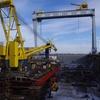 На керченском заводе «выхаживают» буксир, баржу и плавкран