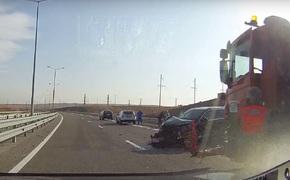 На автоподходе к Крымскому мосту столкнулись два авто