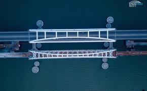 Рабочие монтируют подсветку Крымского моста