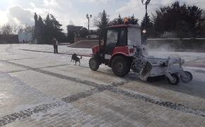 Керченские очистили дороги от снега и посыпали песком