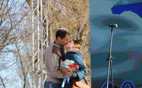Пару молодых керчан поженили прямо на площади Ленина