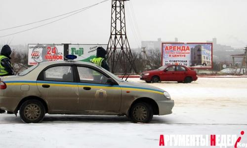На выезде из Керчи пост ГАИ отговаривает водителей выезжать из города