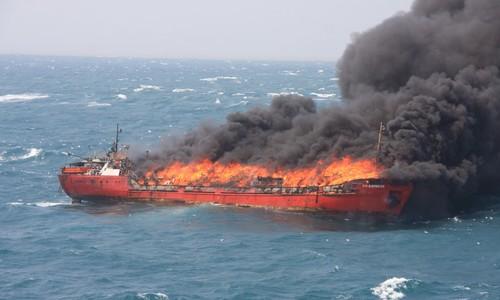 «Маэстро» и «Канди» в проливе у Керчи продолжают гореть