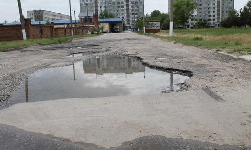 Дорогу в районе Индустриального шоссе залатали частично