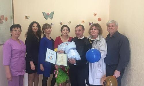 Троим керченским новорожденным торжественно вручили их первые документы