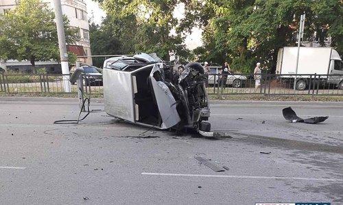 Уснувший водитель врезался в ограждение на остановке Луч