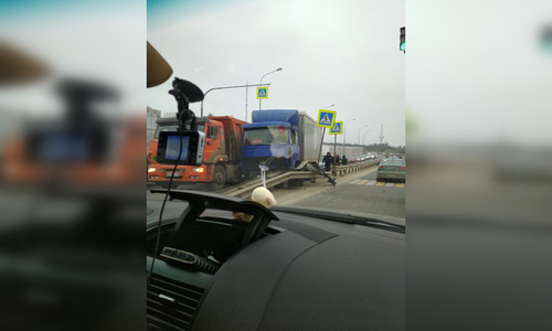 На эстакаде в Керчи столкнулись грузовики