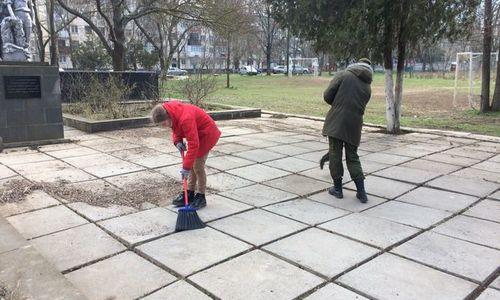 Школьники Керчи очистили от мусора братские могилы