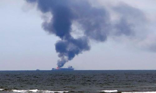 На месте пожара в Керченском проливе работают 15 судов