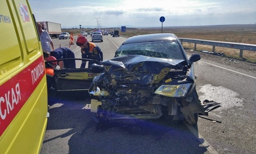 На «Тавриде» столкнулись три авто. Два человека пострадали
