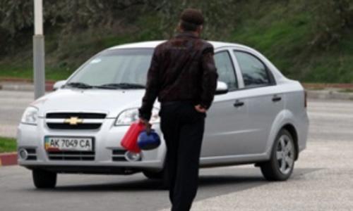 В Керчи на АЗС клиент просил налить бензин в чайник