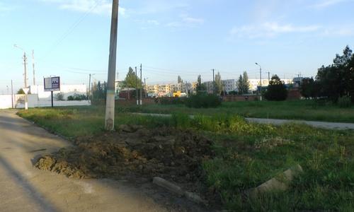 Рабочие убрали с дороги дерево, изображавшее предупредительный знак