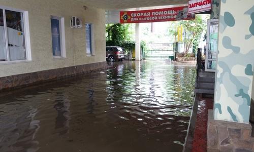 Центр Керчи снова затопило