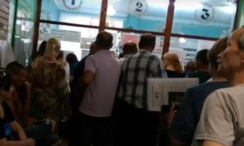 В очереди за талонами к врачу в Керчи доходит до потасовок