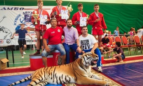 Фоторепортаж: Борьба и награждение с тигрицей. Второй день международного турнира «Кубок двух морей».