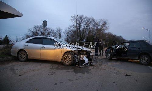 Иномарка и ВАЗ столкнулись лоб в лоб в Керчи