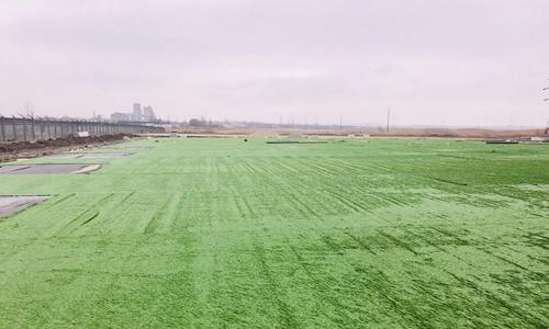 На футбольном поле в Керчи заканчивают стелить покрытие