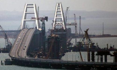Крымский мост назвали эталоном российских дорог