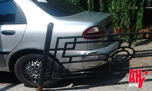 Водитель забыл про «ручник»: машина снесла ограждение