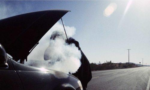 В Керчи тушили загоревшуюся на ходу машину