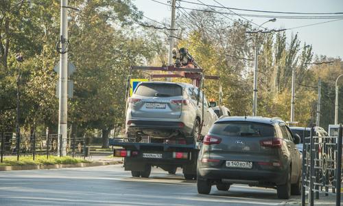 Машины нерадивых водителей в Керчи забирают эвакуаторы