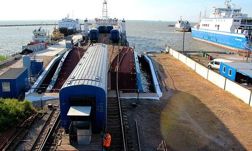 Паромы снова перевозят вагоны через Керченский пролив