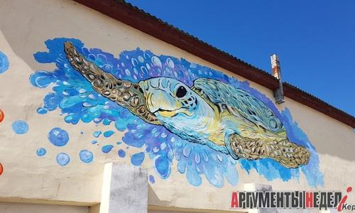 Керченская художница нарисовала на стене гигантскую черепаху