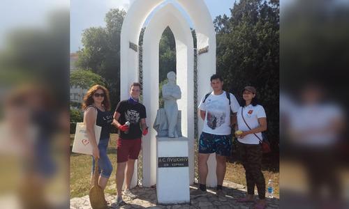 Керчане почистили памятник Пушкину