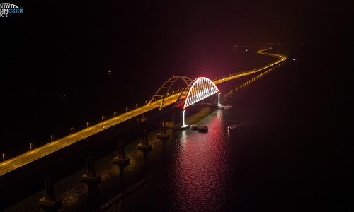 На ж/д участке моста в Крым протестировали подсветку
