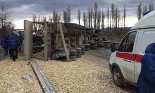На Керченской трассе столкнулись легковушка и грузовик, груженный щебнем