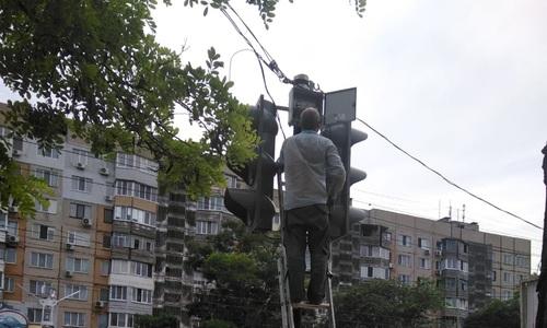 На улице Войкова наконец ремонтируют светофор