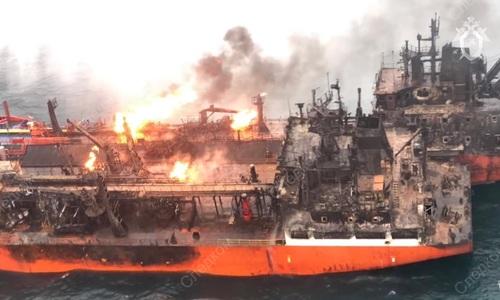 В Керчи снова взялись искать моряков со сгоревших танкеров