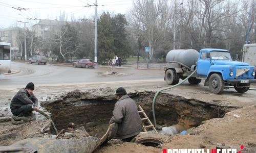 ФОТОФАКТ: на перекрестке Кирова и Еременко – огромная яма