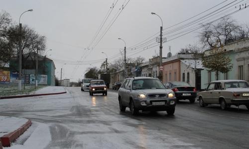 В Керчи выпал снег: дороги «стеклянные», водители злые
