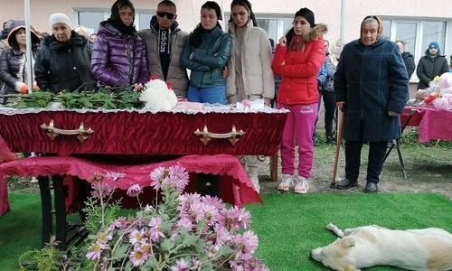 Сотни людей пришли попрощаться с убитой в Крыму девочкой