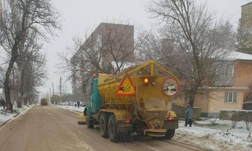 Коммунальщики избавляют керченские дороги от льда