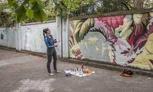 На стене по улице Дубинина в Керчи рождается новое граффити