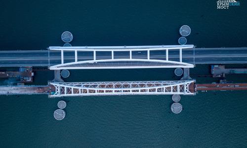 Видео Крымского моста снимают на коленях