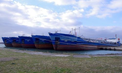 «Зимующие» танкеры принесут керченскому заводу 5 миллионов
