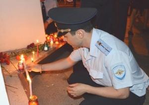 Стражи порядка с горящими свечами почтили память защитников Отечества - «Керчь»